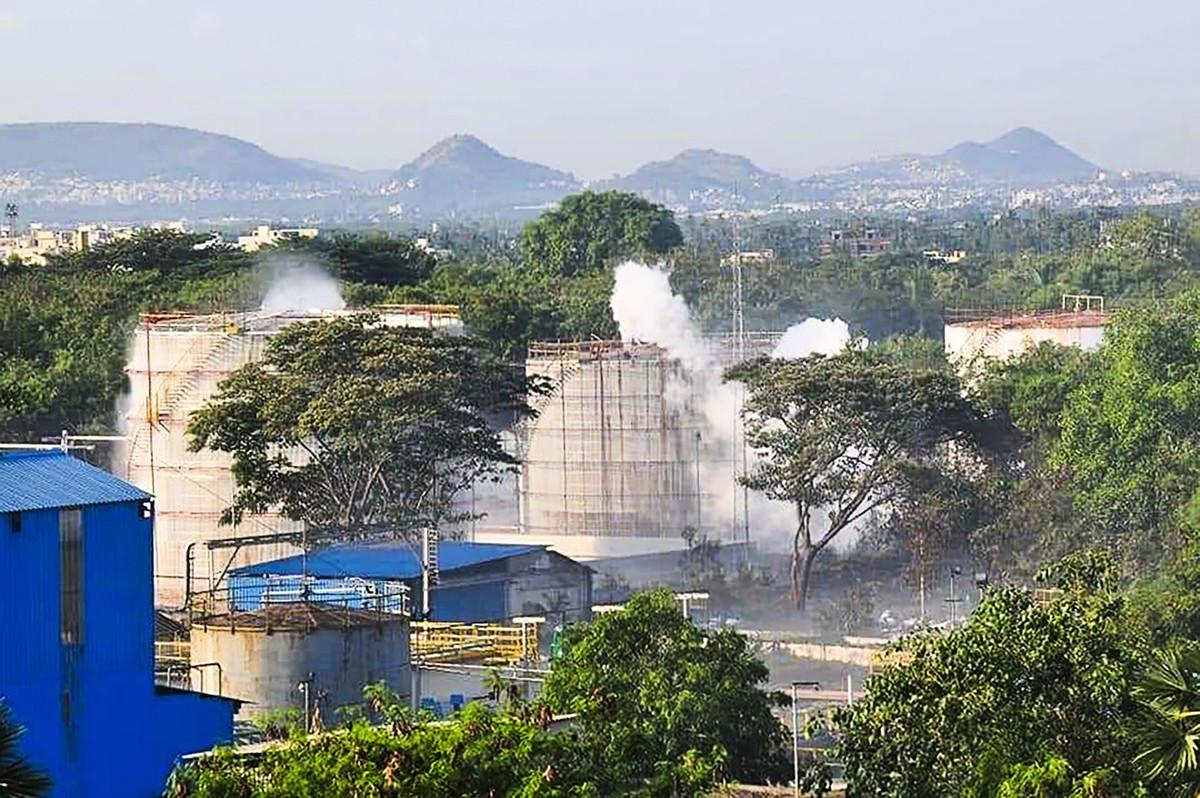 2020年5月7日在印度維沙卡帕特南的LG聚合物工廠發生毒氣洩漏事故,造成至少9人死亡、數百人住院。(AFP via Getty Images)