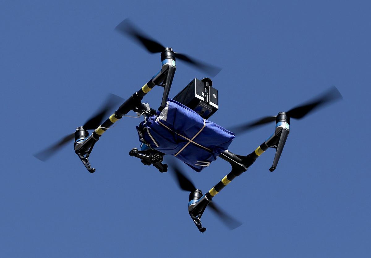 美國聯邦航空管理局(FAA)公佈小型無人機最終規則,允許其在一定條件下在夜間飛行,和在有人上空飛行。此舉將推動無人機的商業送貨。(Mario Tama/Getty Images)
