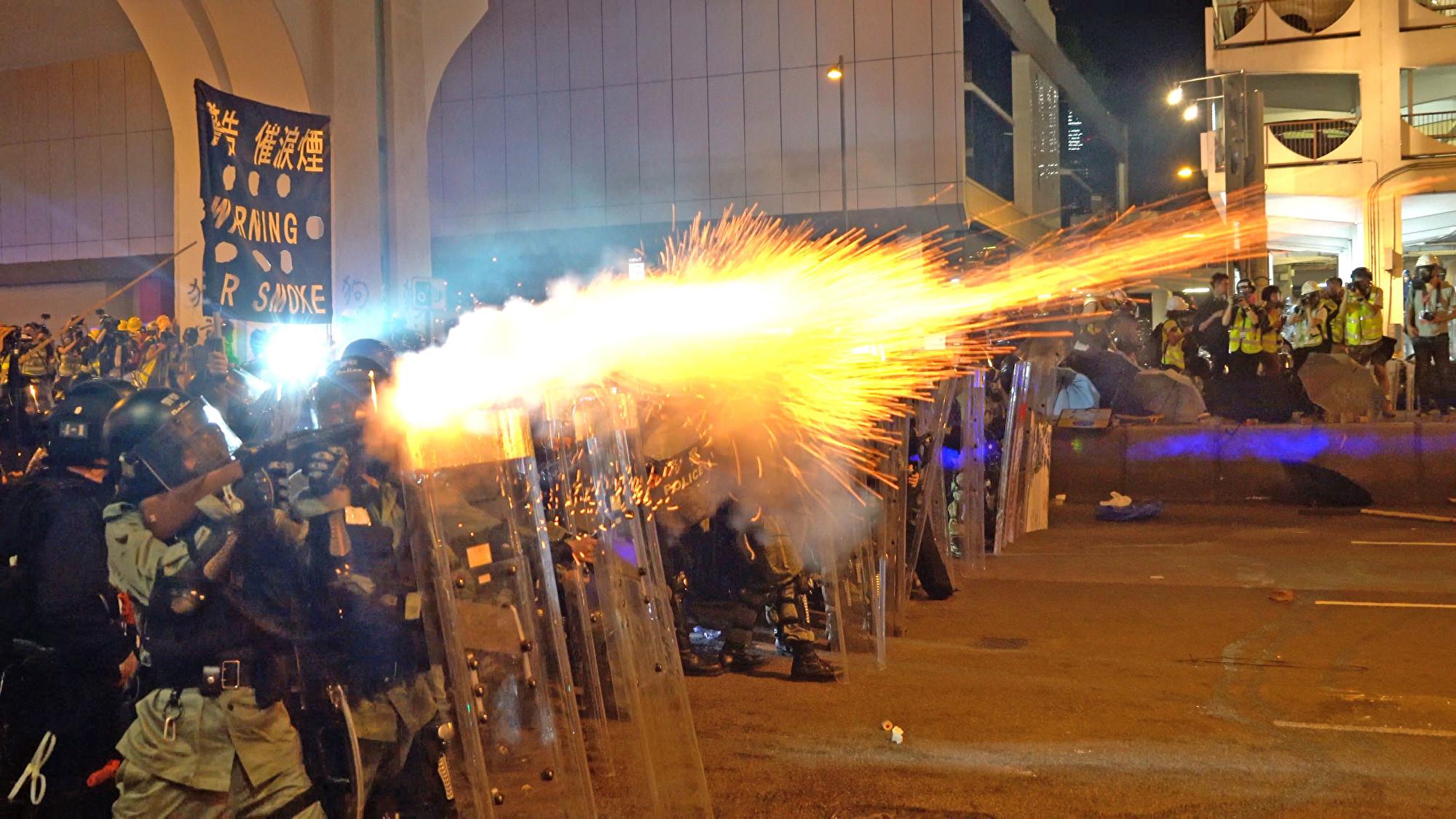 7月28日入夜,在香港西環,港警多次施放催淚彈。(李逸/大紀元)
