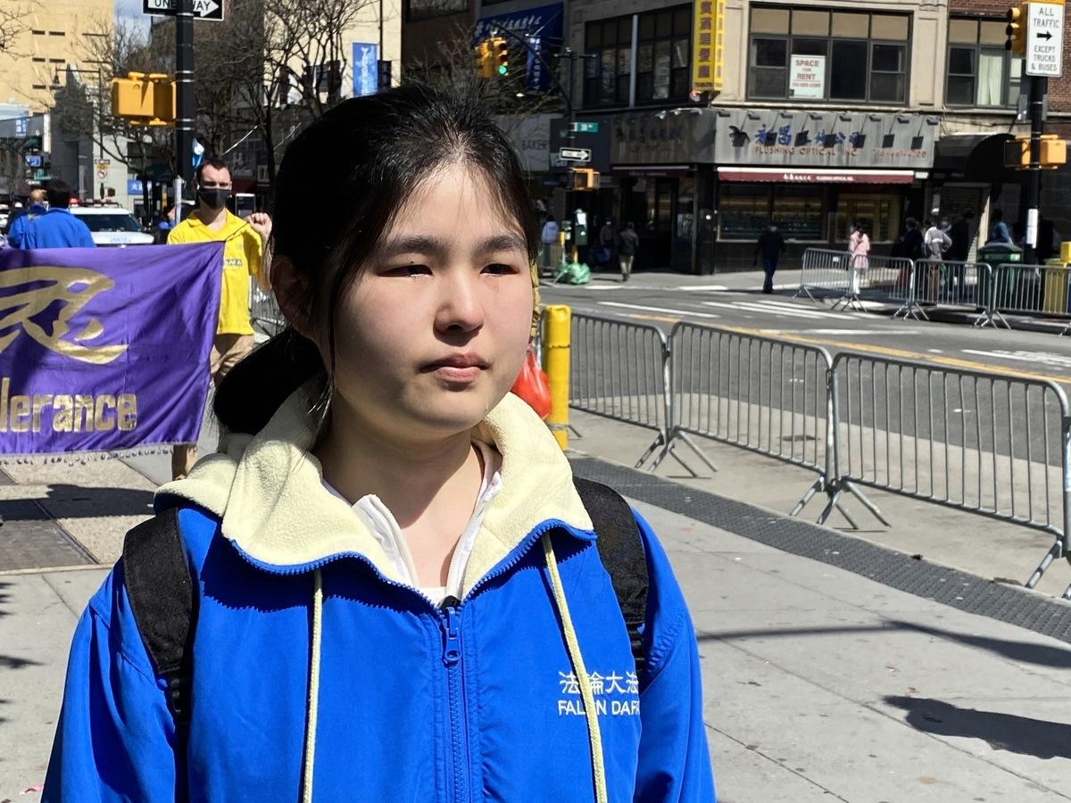 武漢武昌姑娘劉丹碧說起母親被迫害至瘋的樣子就流淚了。(施萍/大紀元)