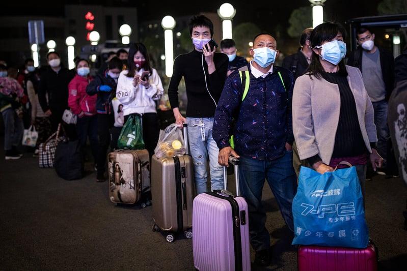 2020年4月7日湖北武漢,武漢火車站裏,民眾漏夜排隊。( Getty Images)