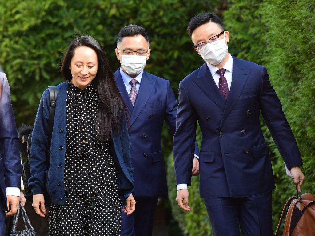 圖為2021年9月24日,華為財務總監孟晚舟離開她在溫哥華的家,參加引渡聽證會。(Photo by DON MACKINNON/AFP via Getty Images)