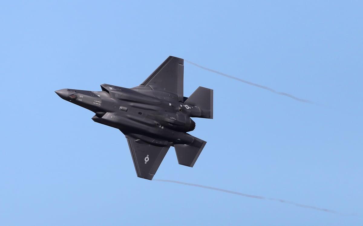 美國國防部正在評估增加F-35戰機的反導彈能力的可行性。圖為2018年11月19日,美國空軍一架F-35戰機飛行於猶他州上空。(George Frey/Getty Images)