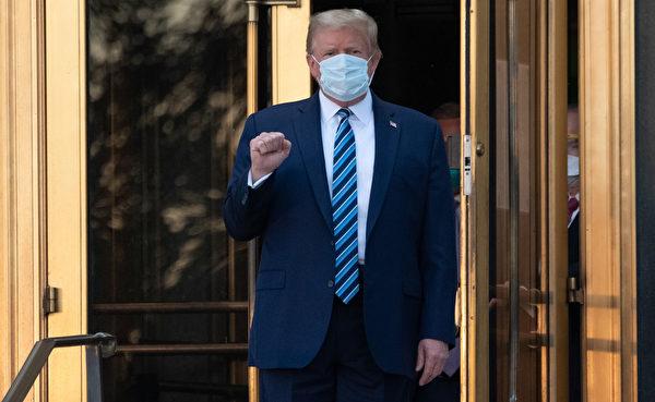 2020年10月5日,特朗普走出沃爾特・里德國家軍事醫學中心返回白宮。(SAUL LOEB/AFP via Getty Images)