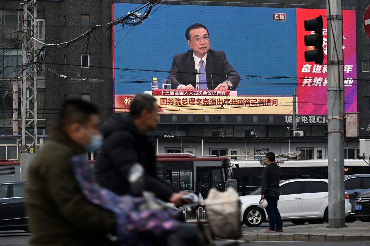 2021年3月11日,北京街頭的一個大屏幕上播放著李克強在人大記者會上回答問題的畫面。(STR/AFP via Getty Images)