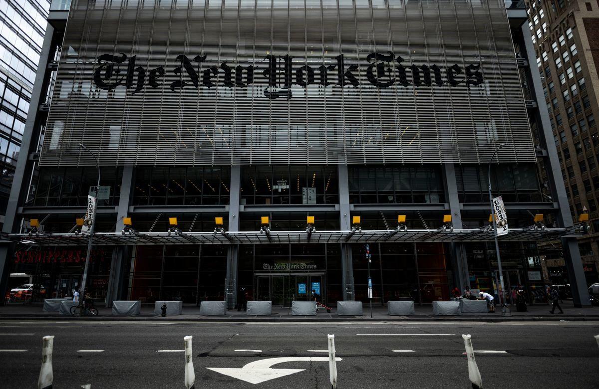 《紐約時報》近日刊登專文攻擊《大紀元時報》,引發各界關注。有許多網友除了留言力挺大紀元堅持報道真相、值得信賴,也批評《紐時》立場親共,竟墮落到與中共官媒立場相同。圖為紐約時報大廈。(JOHANNES EISELE/AFP via Getty Images)