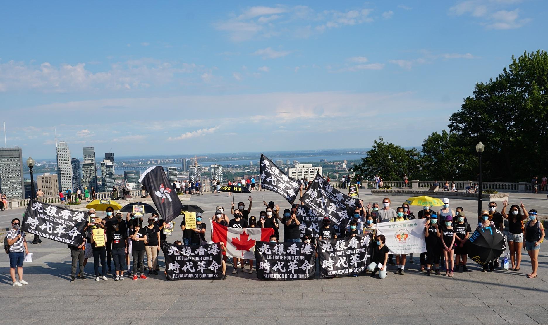 2020年7月1日,滿地可的香港人在Mount Royal公園舉行活動,聲援香港七一遊行,反對香港版國安惡法。(滿地可自由香港行動組提供)