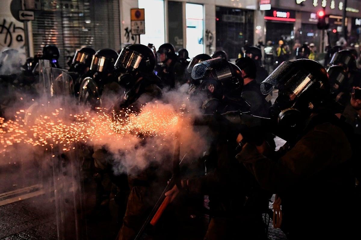 香港警察過度使用暴力,受到各界譴責。圖為8月31日,警方瘋狂發射催淚彈,驅趕示威者。(LILLIAN SUWANRUMPHA/AFP/Getty Images)