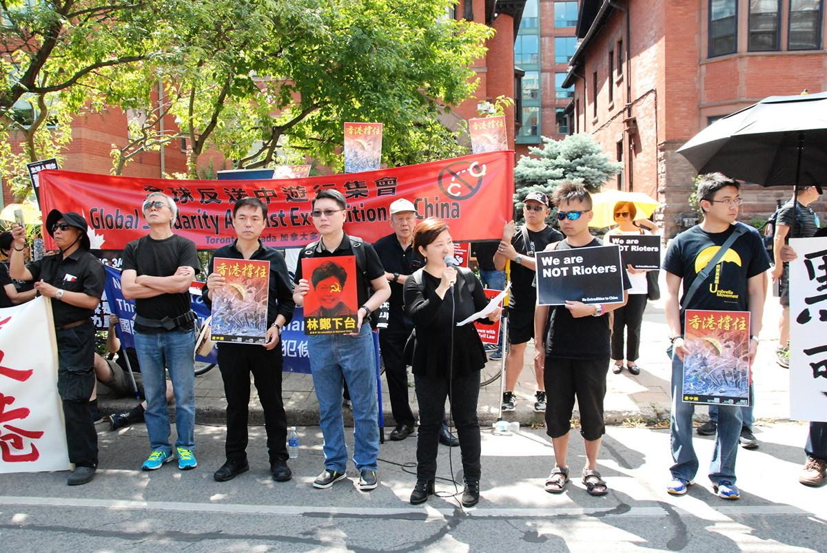 8月4日,港人在多倫多市中心遊行、集會,聲援香港反送中。(伊鈴/大紀元)
