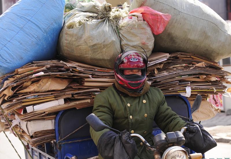 日前,一篇揭示東北經濟如何失去大陸商界信任的文章在大陸流傳。圖為吉林省延吉市的一名騎電單車的資源回收男子。(PETER PARKS/AFP)