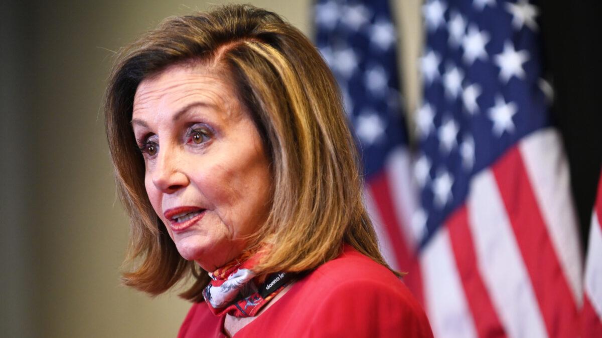 2020年11月3日,美國眾議院議長、加州民主黨人南希‧佩洛西在華盛頓國會山的民主黨全國委員會總部向媒體發表講話。(Erin Scott-Pool/Getty Images)