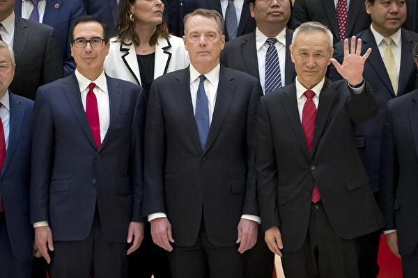 2019年2月15日,美國政府貿易談判負責人貿易代表萊特希澤(中)和財政部長姆欽(左)以及中共國務院副總理劉鶴(右)在北京釣魚台國賓館合照。(MARK SCHIEFELBEIN/AFP/Getty Images)