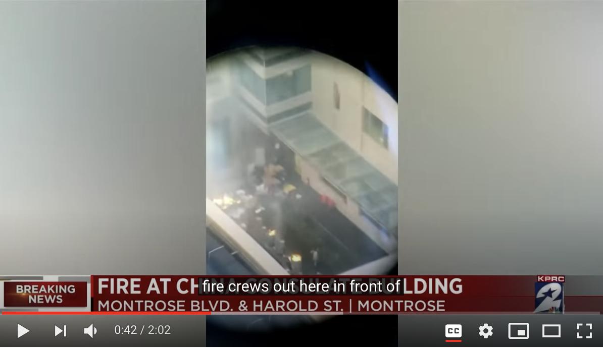 而從高空拍攝的鏡頭看,領館院內擺放了六七個垃圾箱一樣的大桶,裏面在焚燒文件。(影片截圖)