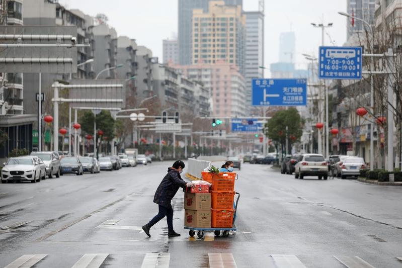 一位武漢市民表示,封城已經40多天,整個武漢市的物價已經失控,並非官方電視台報道的「物美價廉」。(STR/AFP via Getty Images)
