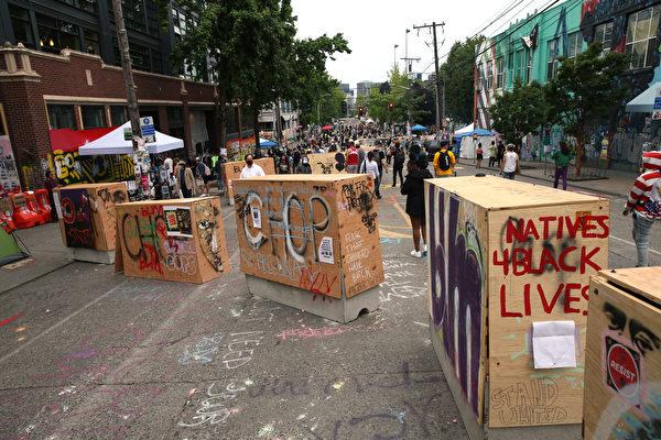 2020年6月19日,華盛頓州西雅圖,佔領者在稱為「國會山抗議者自治區」(CHOP)的周圍豎起了混凝土路障,封鎖了交通入口。(David Ryder/Getty Images)