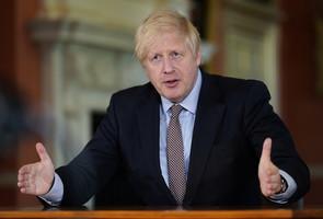 英國首相約翰遜宣佈分階段重啟經濟