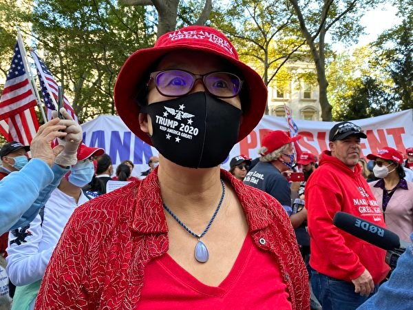 紐約公務員史黛芬妮‧劉在2020年10月21日曼哈頓挺特大遊行上。(施萍/大紀元)