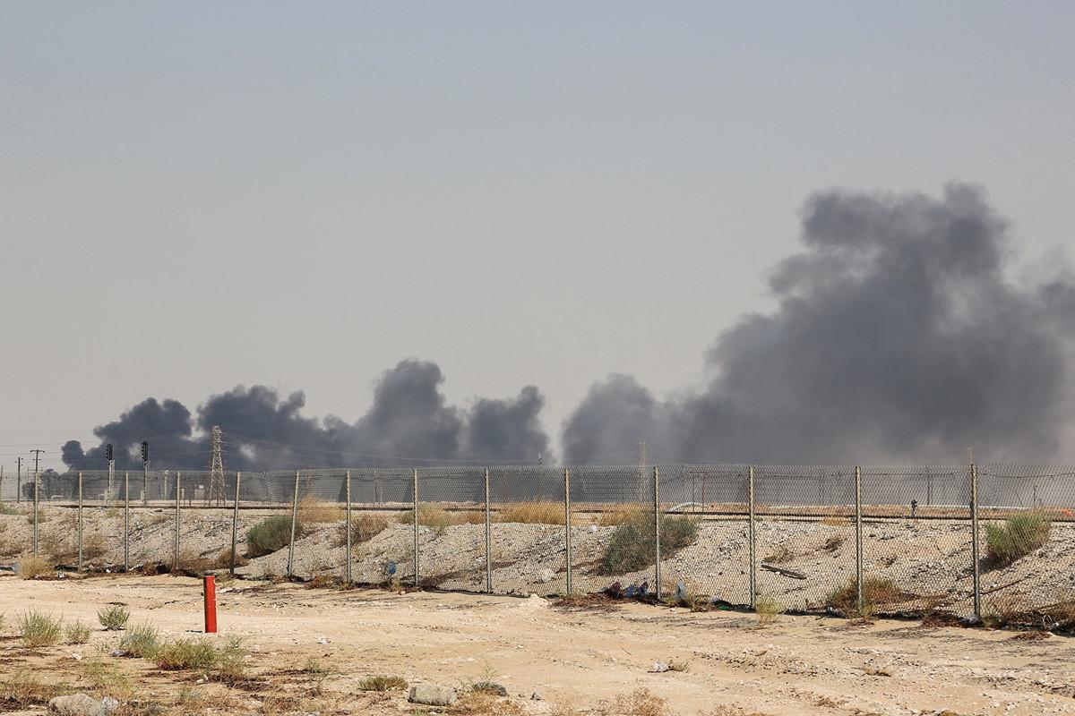 沙特的國營石油公司9月14日遭到也門胡塞武裝組織的無人機攻擊。圖為其中一處被攻擊設施冒出濃煙的情景。(AFP)
