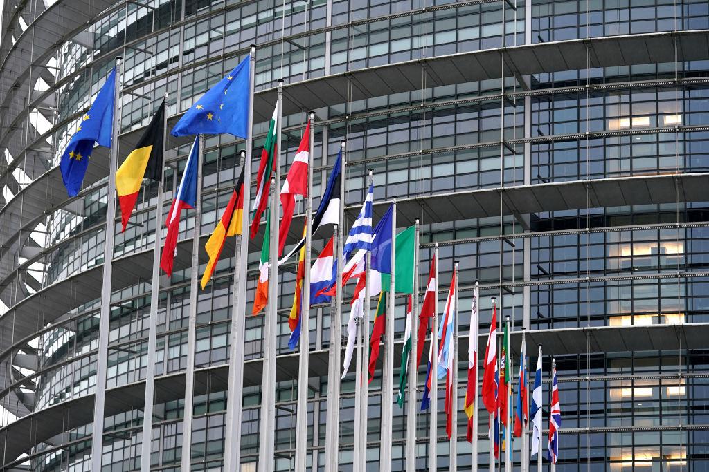2020年1月27日,位於法國史特拉斯堡的歐洲議會大樓前的各歐盟成員國國旗。(Thomas Niedermueller/Getty Images)