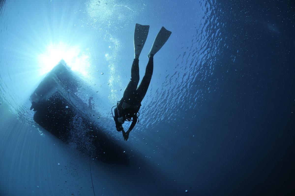 澳洲一名潛水員日前到大堡礁附近海域浮潛卻遭遇翻船事故,在鯊魚出沒海域滯留三小時後成功獲救。此為示意圖。(Pixabay)