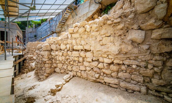 考古學家在以色列大衛城發現建於鐵器時代用於保護猶太王國大衛城的古城牆遺蹟。(由大衛市的Koby Harati拍攝,以色列文物局提供)