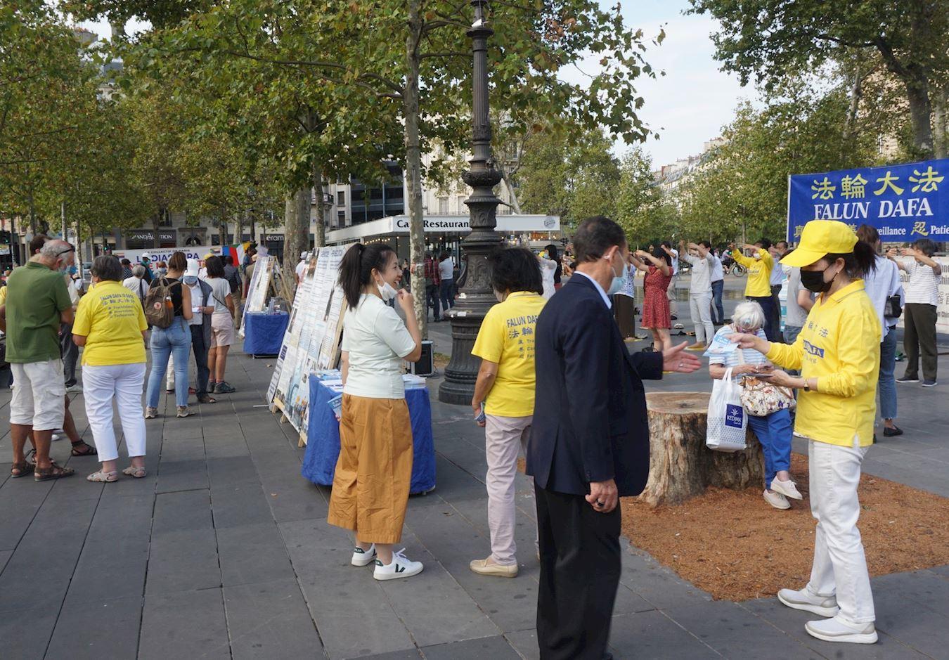法輪功學員在巴黎「共和國廣場」舉辦真相信息日活動,向人們講真相。(明慧網)
