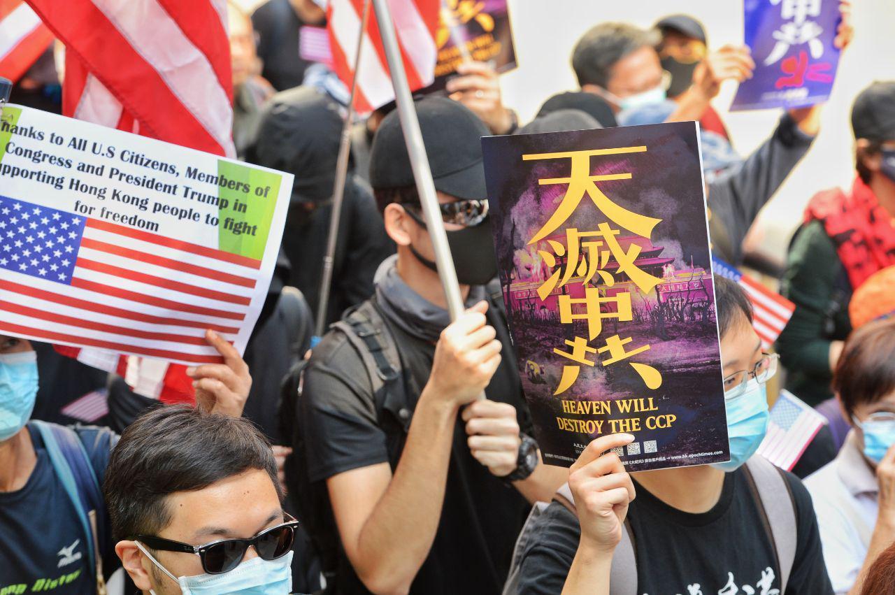 12月1日中午,數千香港人聚集在中環舉行「感謝美國保護香港大遊行」集會遊行,期間港人多次高呼「天滅中共」「驅逐共黨」口號。(宋碧龍/大紀元)