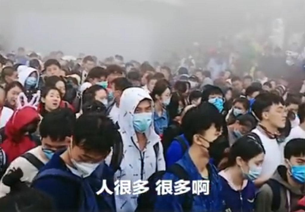 近日,泰山景區遊客再次人滿為患。有網民說,景區只為賺錢,忽視安全問題,一旦釀安全事故,互相推責了事。(影片截圖)
