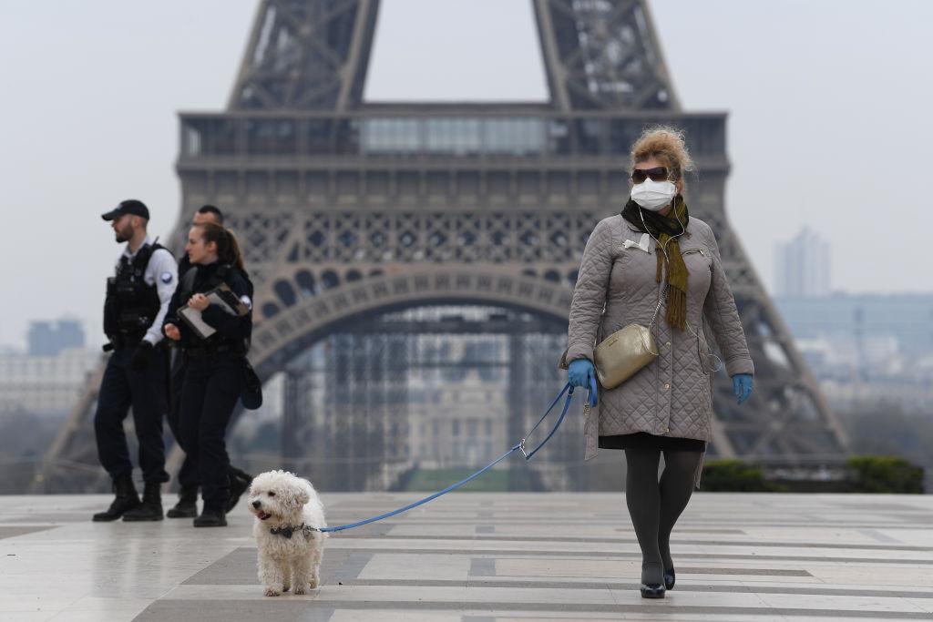 受中共肺炎疫情影響,法國著名的埃菲爾鐵塔前空空蕩蕩。(Pascal Le Segretain/Getty Images)