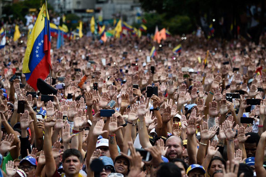 委內瑞拉民眾上街,舉手反對總統馬杜羅。(FEDERICO PARRA/AFP/Getty Images)