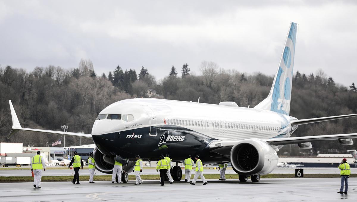 美國聯邦飛航署近日發佈緊急命令,要求在其管轄範圍內的各航空公司檢查波音737客機,其中特別要檢查的是型號為600,700,800及 900系列的飛機的昇降舵調整片是否有固定問題。圖為印度經SpiceJet航空公司的波音737-800型飛機正在起飛。(INDRANIL MUKHERJEE/AFP/Getty Images)