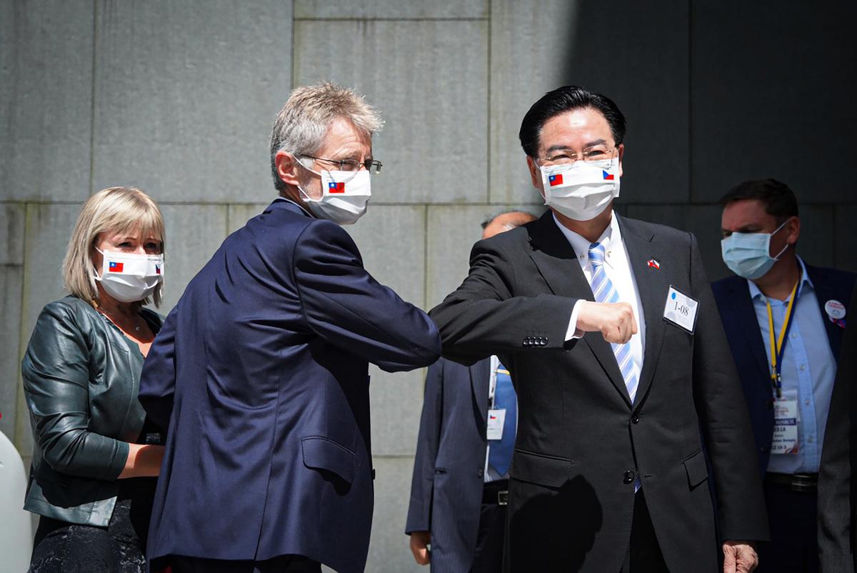 捷克參議院議長維特齊(前左)2020年8月31日下午參訪台灣政大,並在創新育成中心發表演說,中華民國外交部長吳釗燮(前右)到場迎接,雙方以手肘互碰打招呼。(中央社)