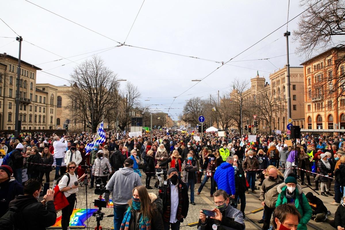 2021年3月13日,德國全部16州首府下午1時同步舉辦集會,抗議政府和各州政府對中共病毒採取的封鎖政策。圖為民眾在慕尼黑瑪克西米利安大街(Maximilianstrase)的巴伐利亞州政府前的抗議活動。(黃芩/大紀元)