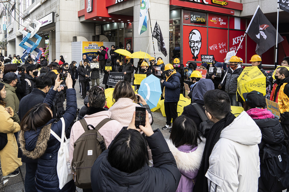 聲援民主、反對國家暴力的集會吸引了眾多遊客駐足觀看。(全景林/大紀元)