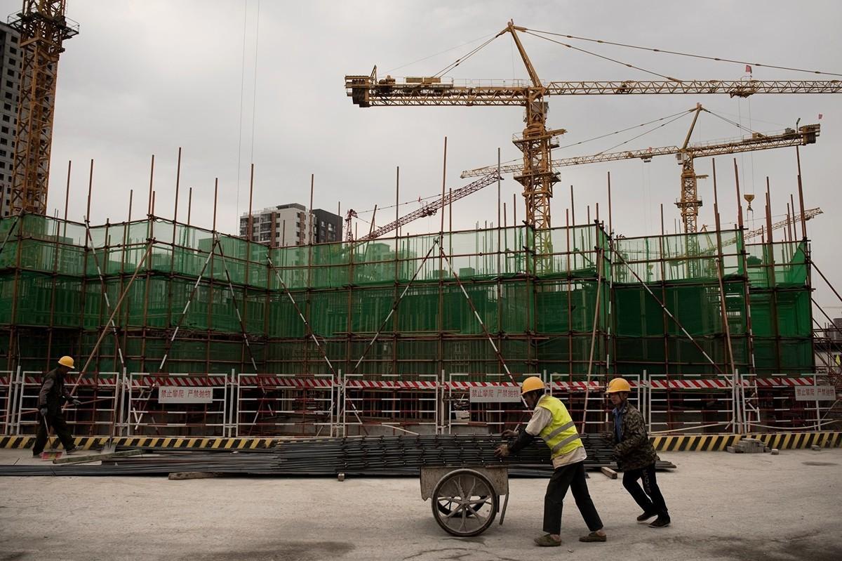 圖為北京一處建設工地的工人。(AFP)