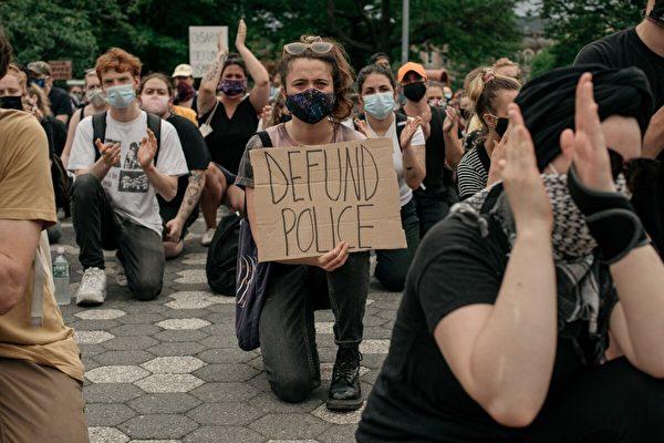 2020年6月5日,示威者們跪在紐約布魯克林的瑪麗亞·埃爾南德斯公園,稱執法系統為種族主義,並呼籲停止對警察部門的財務資助。(Photo by Scott Heins/Getty Images)