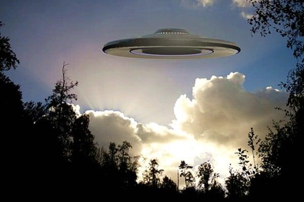 曾駕戰機追逐 美飛行員:UFO展戰爭行為