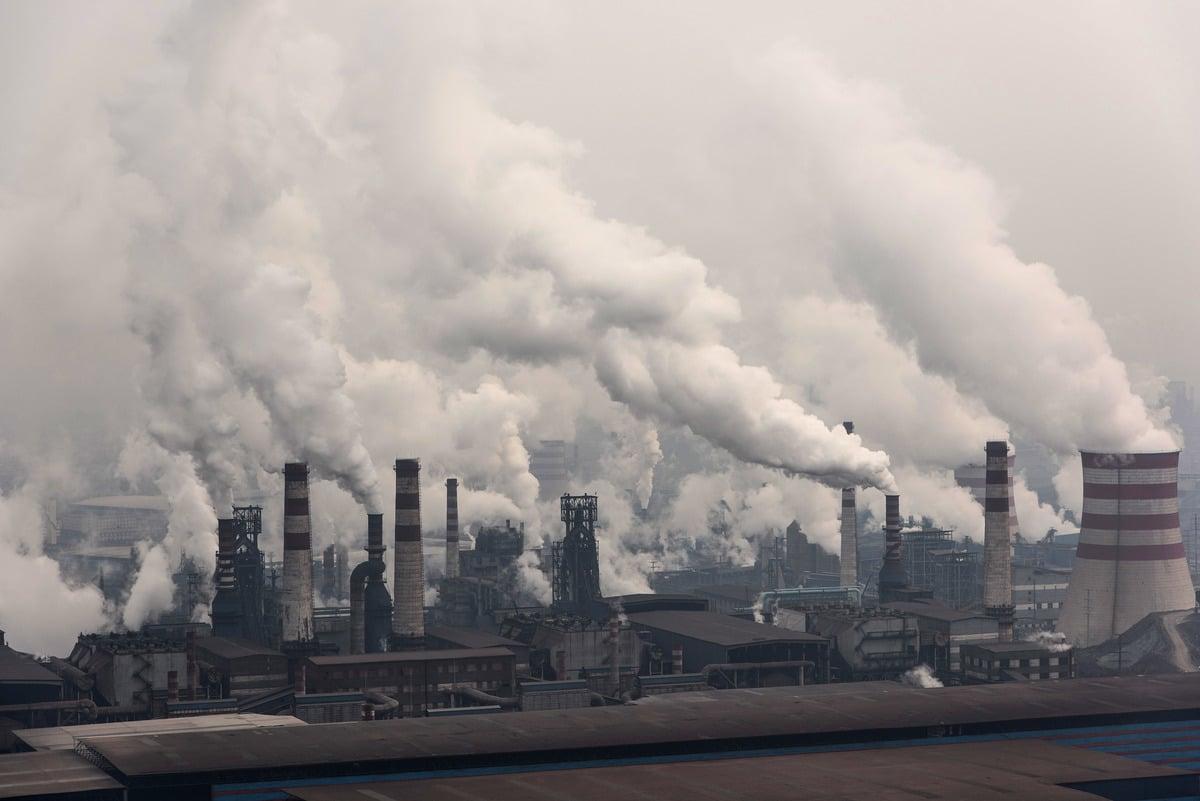 《華爾街日報》引述知情人士的話透露,中共最高經濟規劃機構已為減少碳排放的嘗試踩下了剎車。圖為2016年1月20日中國唐山市鋼鐵工廠,該市為中國的鋼鐵中心。(Xiaolu Chu/Getty Images)