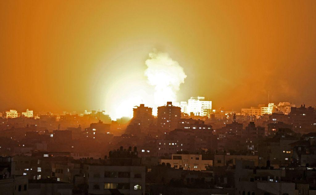 圖為2021年5月10日,以色列正在空襲由巴勒斯坦伊斯蘭組織哈馬斯(Hamas)控制的加沙地帶(Gaza Strip),以回應哈馬斯的火箭彈襲擊。(MAHMUD HAMS/AFP via Getty Images)