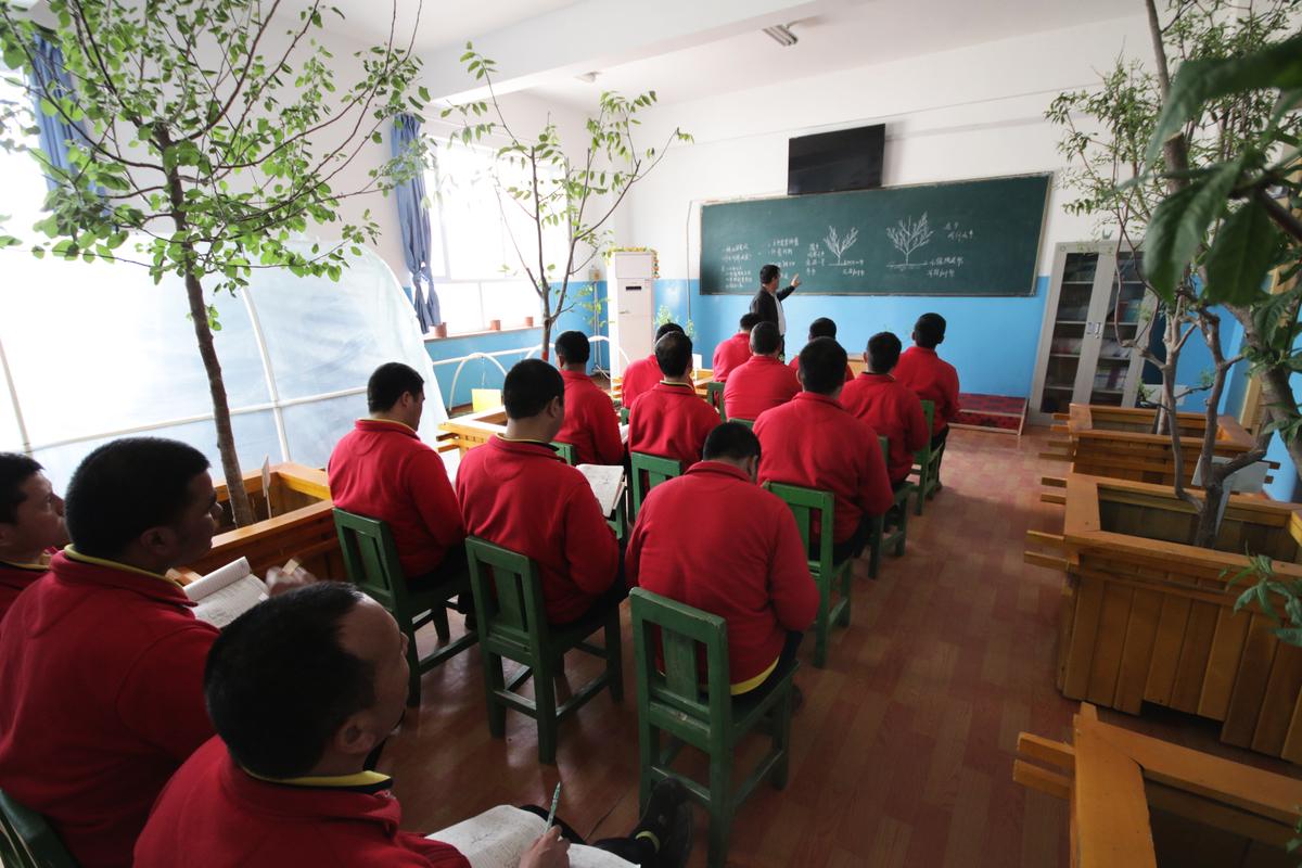 圖為:2019年4月27日,維吾爾族人在新疆和田的再教育營。(Shutterstock)