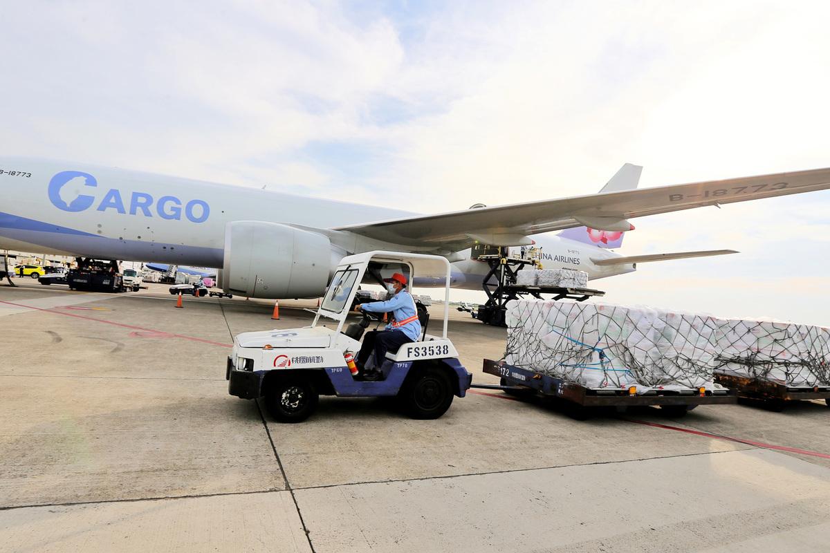美國加碼致贈台灣250萬劑莫德納(Moderna)疫苗,6月20日下午順利抵達桃園機場。(中央社)