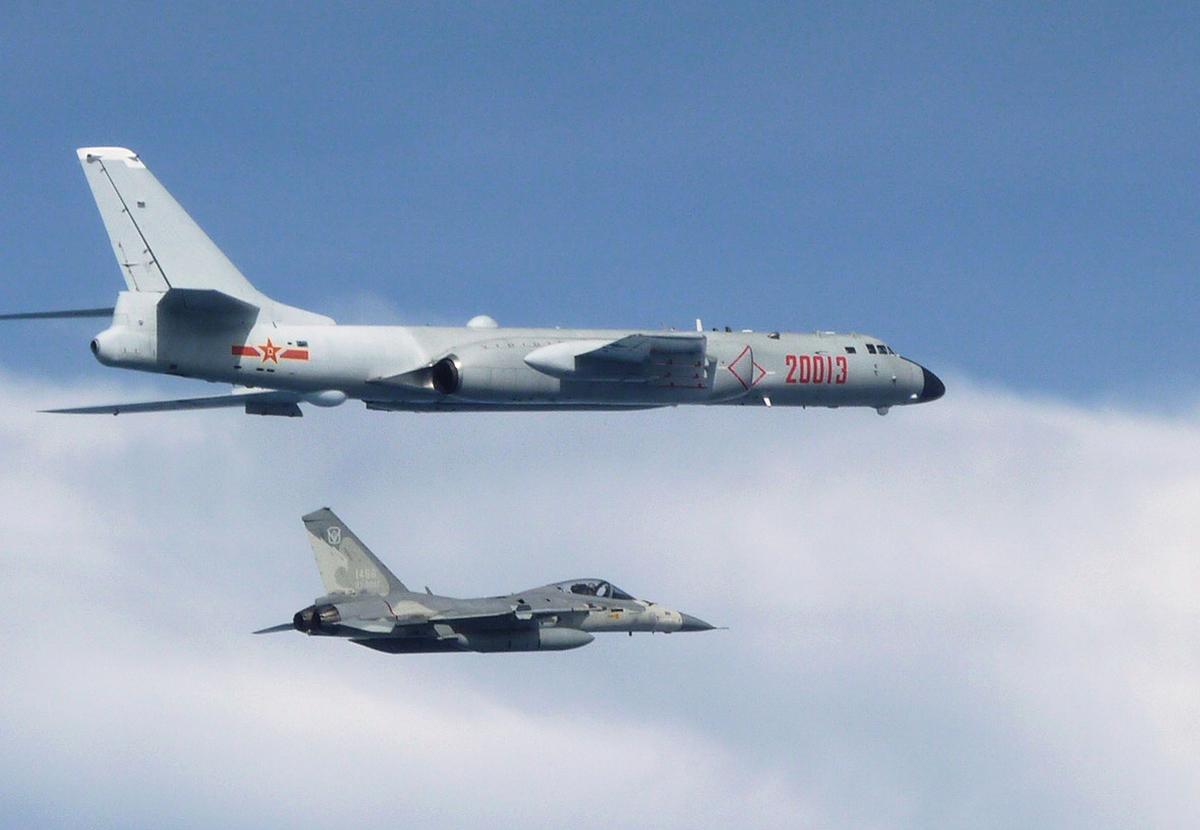 圖為共軍轟炸機(上)飛經台灣附近空域,中華民國空軍出動經國號戰機(下)警戒。(中華民國國防部提供)