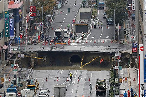 11月8日清晨5點15分左右,福岡市博多區JR博多站前的路面忽然塌陷,很快,路上就出現了兩個長10米、寬15米左右的大洞。(Getty Images)