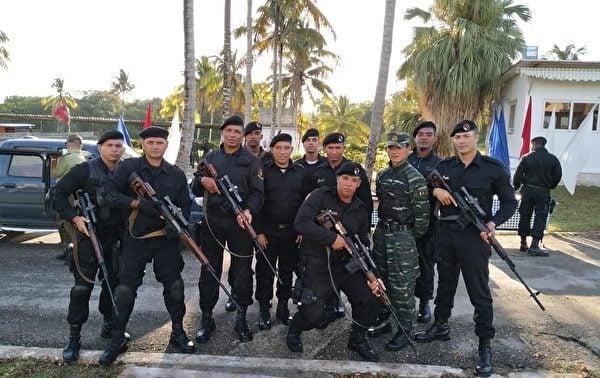 古巴特種部隊(又稱黑貝雷帽),在一張未註明日期的照片中,與來自中國的武警教練在古巴一所政府開辦的訓練學校合照。(Courtesy of ADN Cuba)