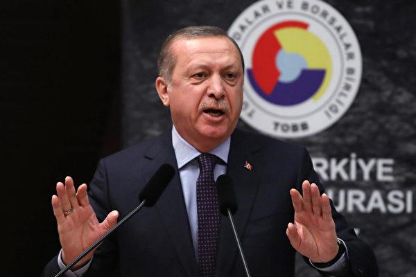 繼土耳其外交部批評中共關押逾百萬新疆維吾爾族人,並要求中共關閉新疆集中營後,土耳其總統埃爾多安也強硬發聲。他不點名地批評中共說,土耳其因為替受壓迫民族發聲,一些國家就把土方視為敵人。圖為埃爾多安資料圖。 (ADEM ALTAN/AFP/Getty Images)