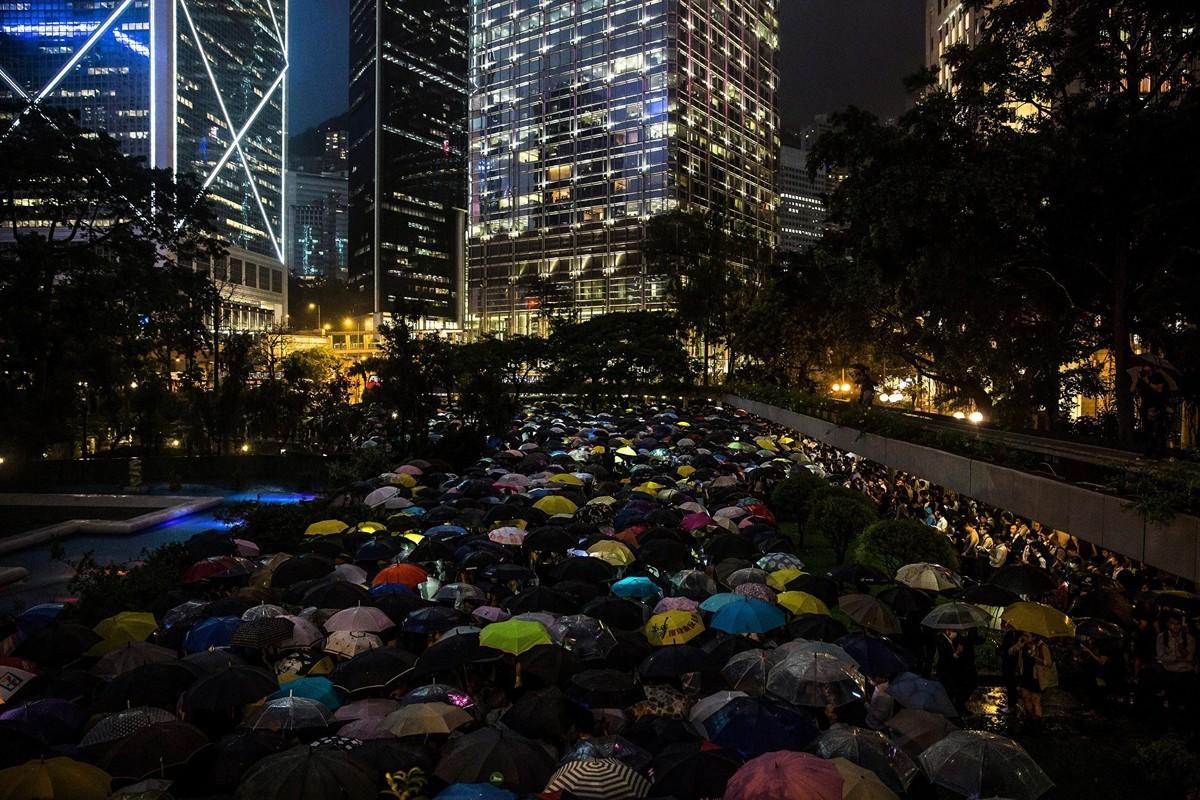 8月1日,數千香港金融界人士冒雨參加了在中環遮打花園的「快閃」集會。(ISAAC LAWRENCE/AFP/Getty Images)