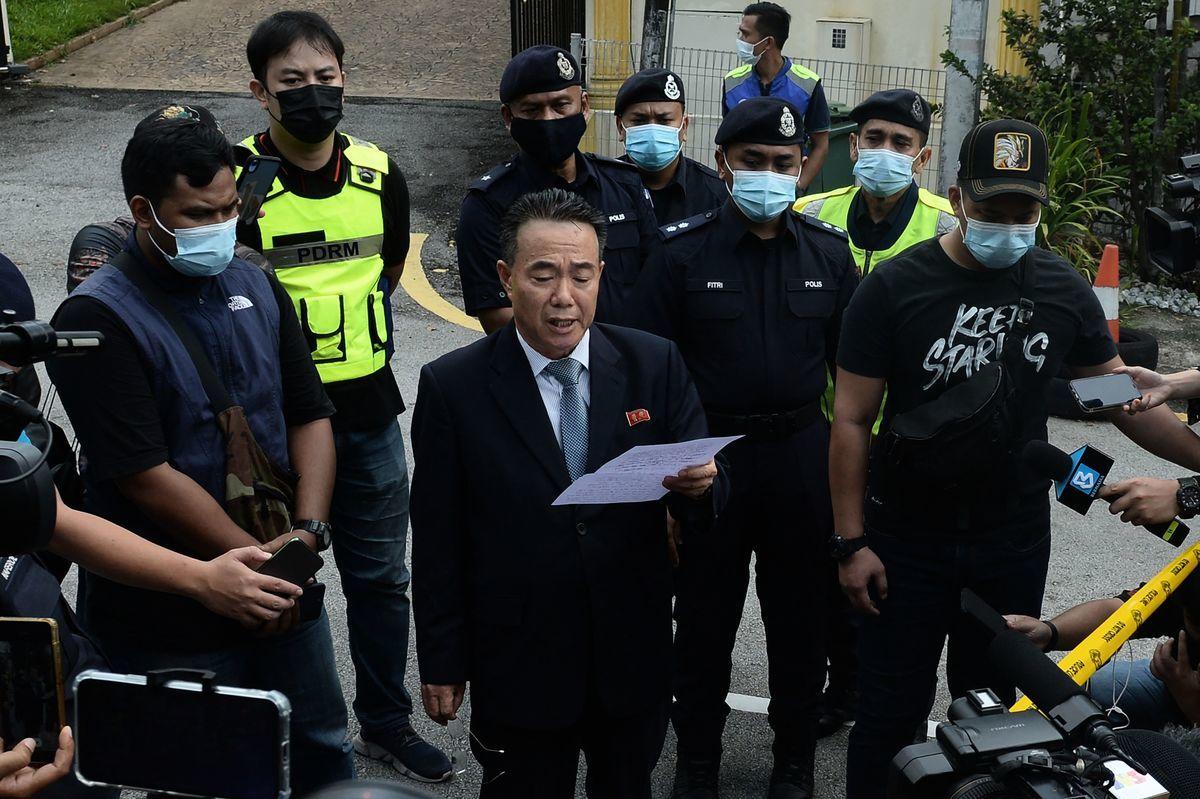 北韓大使Kim Yu Song於2021年3月21日撤離北韓駐馬來西亞使館時發表聲明。(ALIFF NOR/AFP via Getty Images)