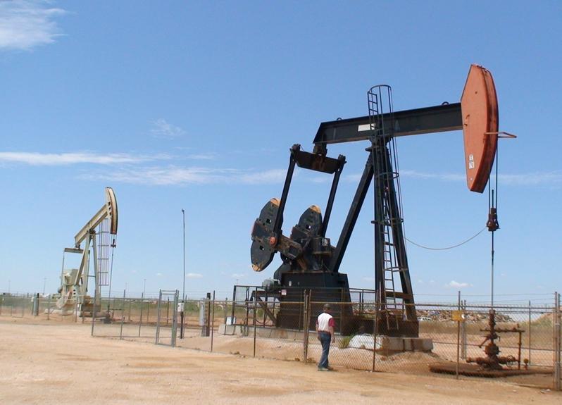 美國有望超越沙特阿拉伯和俄羅斯成為世界上最大的石油生產國。圖為美國德州米德蘭郡油井。(AFP)