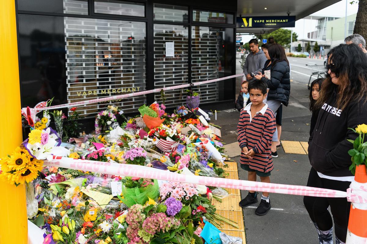 紐西蘭基督城(Christchurch)當地時間周五(3月15日),一名兇嫌手持半自動步槍,走進一所清真寺時,阿卜杜勒‧阿齊茲(Abdul Aziz)沒有躲藏,反而正面迎向這名槍手,並向他喊著:「來這裏!」他最後英勇退敵,避免更大傷亡。(Kai Schwoerer/Getty Images)