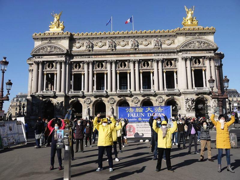 巴黎廣場 民眾簽名反對中共迫害法輪功